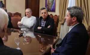 Sergio Uñac recibió los saludos de Palito Ortega antes de actuar en la Fiesta del Adulto Mayor