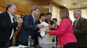 El gobernador Uñac entregó certificados de capacitación laboral y maquinarias para talleres comunitarios