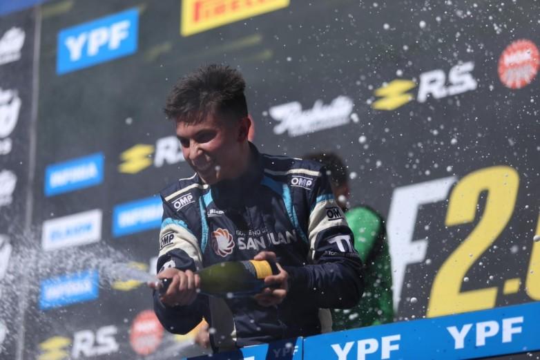 El joven piloto sanjuanino festejando su tercer puesto ante su gente.