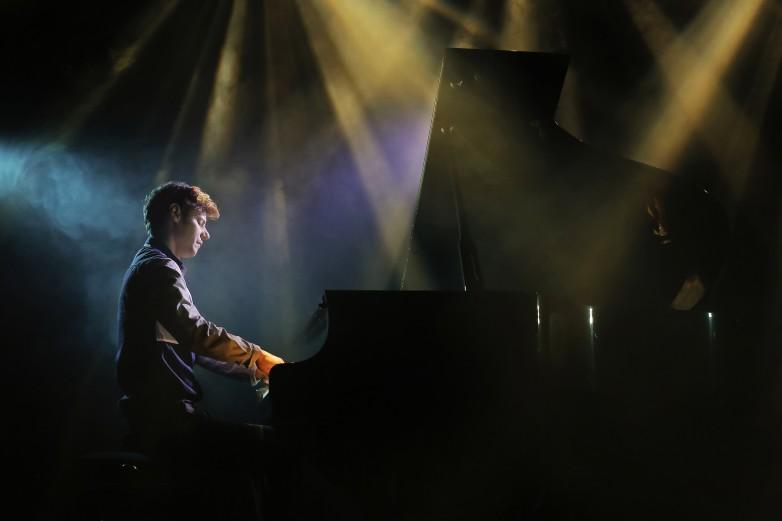 Del escenario a la pantalla: concierto en vivo de Silas Bassa