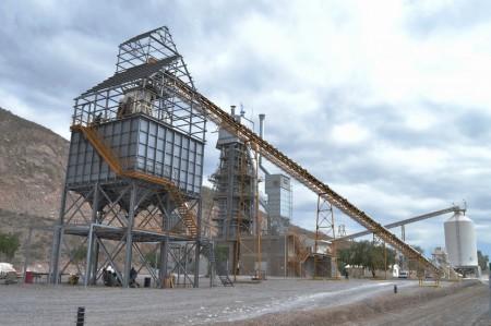 El ministro de Minería visitó las instalaciones de una empresa calera en Sarmiento