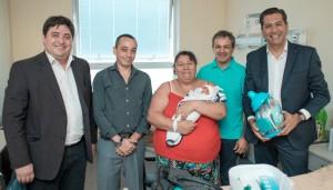 El ministro Aballay visitó al primer bebé del año en el hospital Rawson