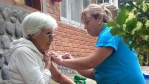 En la Zona Sanitaria II, visitan casa por casa para vacunar a los adultos mayores