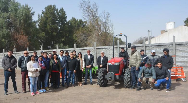 Productores de Sarmiento recibieron un tractor y maquinaria agrícola