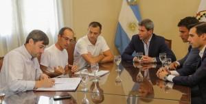 Uñac encabezó la firma de un convenio deportivo con el intendente del Partido de Bolívar