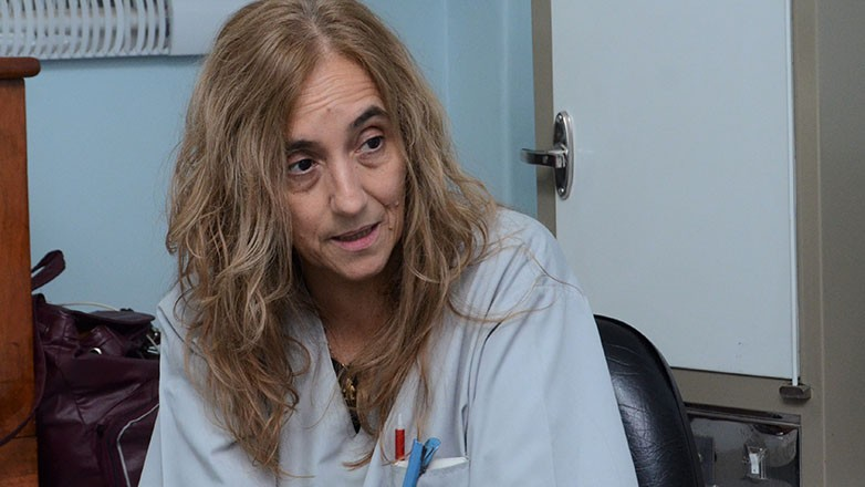 Sonia Cívico es la bioquímica que realiza el test y encargada del manejo del COBAS 4800 en el Centro de Adiestramiento René Favaloro (Imagen: Facundo Quiroga).