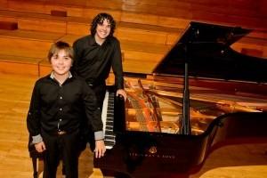 Rodriguez y Villegas, acariciaron el nuevo piano por primera vez
