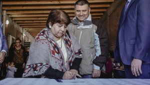 Vecinos de Santa Lucía firmaron la escritura de sus viviendas