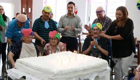 El Hogar Eva Perón celebró cumpleaños con cotillón, música y una torta gigante