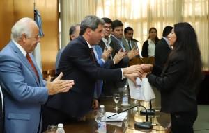Uñac entregó 71 equipos de audífonos a 39 beneficiarios