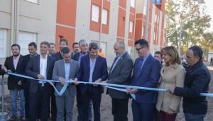 Más viviendas: Uñac entregó 90 departamentos en Capital y anunció la construcción de 400 más