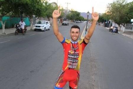 El sanjuanino Nicolás Tivani luego de ganar la Doble Difunta Correa.