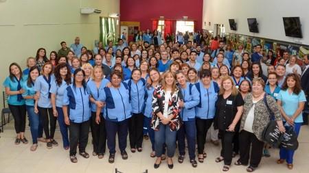 Casi 300 agentes sanitarios que participaron en el Encuentro Provincial de Albardón, con la compañia de la ministro Alejandra Venerando.