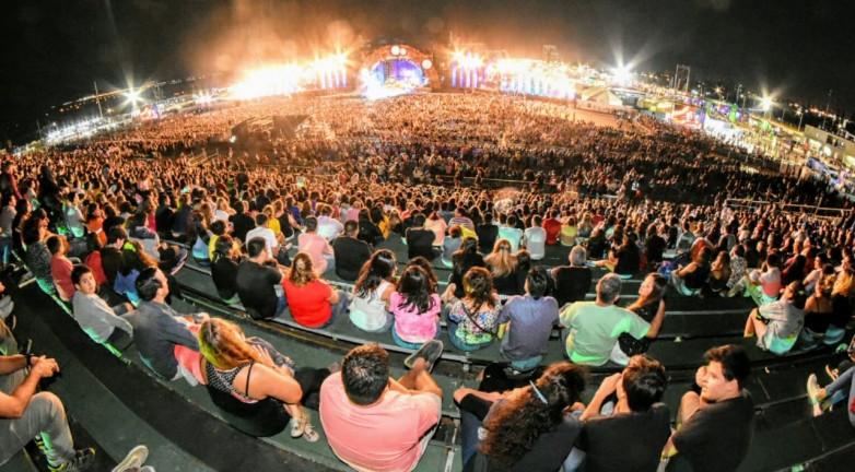 Abel Pintos y La Barra conquistaron al público en el primer día de la FNS