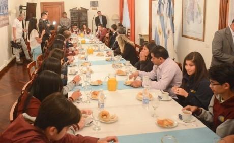Estudiantes chilenos desayunaron con el gobernador