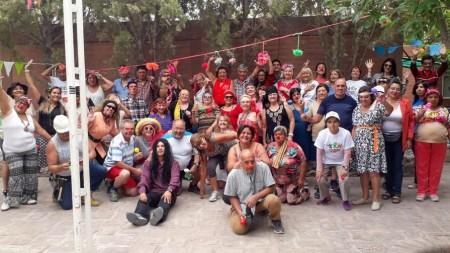 Una fiesta retro hizo bailar a todos los adultos mayores en la Colonia de Verano