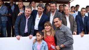 Uñac inauguró pavimento y luminarias y entregó viviendas en Jáchal