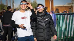 Las personas que disfrutaron del eclipse solar total lo hicieron con la protección adecuada. Fotos: Prensa Gobierno San Juan