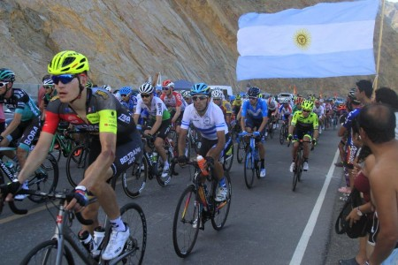 Carrera en pleno ascenso al paredón del Dique Punta Negra.
