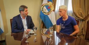 Uñac recibió a futbolista sanjuanino que se desempeña en Italia