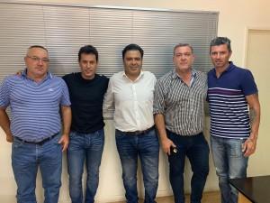 Jorge Chica y Leonardo Flores junto a autoridades de ambos clubes.