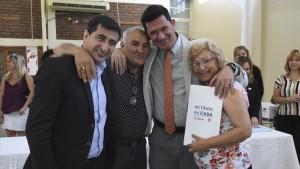 Vecinos del barrio Gendarme Argentino recibieron las escrituras de sus viviendas