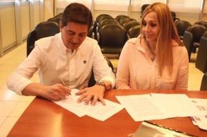 El secretario Técnico del ministerio de Salud, Isidro Putelli, junto a la funcionaria de Villa maría, Córdoba, Roxana Tuninetti.