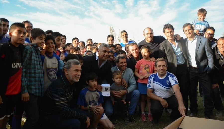 Chiqui Tapia entregó camisetas en una escuela de fútbol en Rivadavia