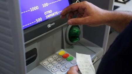Con aumento, los haberes de los estatales estarán disponibles en cajeros el 31 de octubre
