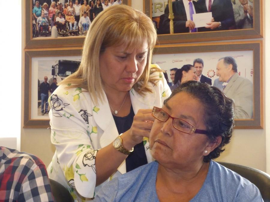 Entrega de audífonos a vecinos de Capital, Caucete, Rawson Rivadavia y 25 de Mayo